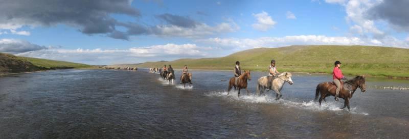 Ridning på Island gennem vandet